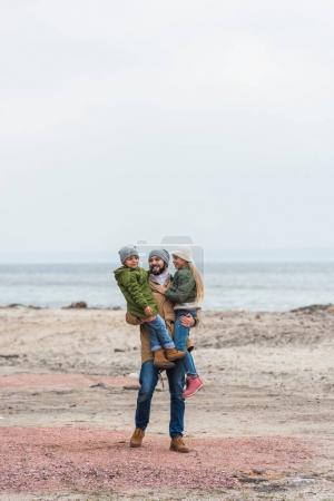 Photo pour Beau père barbu et petits enfants de passer du temps au bord de mer - image libre de droit