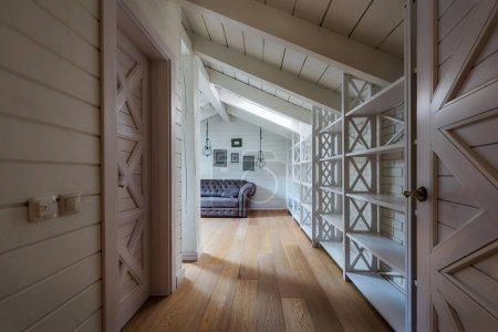 Photo pour Couloir avec portes et murs en bois dans la maison de campagne moderne - image libre de droit