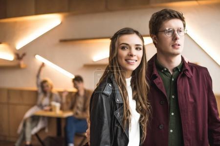 Photo pour Portrait de jeune couple laissant café - image libre de droit