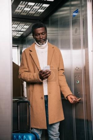 Homme dans l'ascenseur d'âge moyen
