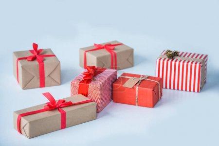 Photo pour Vue rapprochée des cadeaux de Noël enveloppés isolés sur gris - image libre de droit