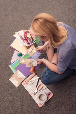 Photo pour Vue aérienne de femme blonde papier d'artisanat à la maison - image libre de droit