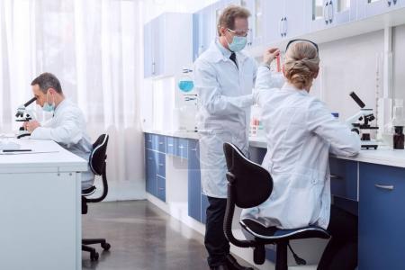 Photo pour Scientifiques en laboratoire, analyse microscope et en travaillant avec des tubes à essai - image libre de droit