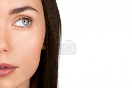Photo pour Demi-visage de belle jeune femme isolée sur blanc - image libre de droit