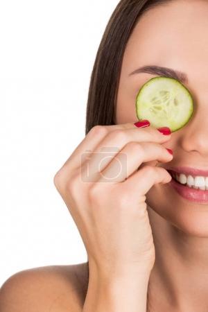Photo pour Gros plan de la femme couvrant les yeux avec du concombre tranché pour masque de soins de la peau isolé sur blanc - image libre de droit