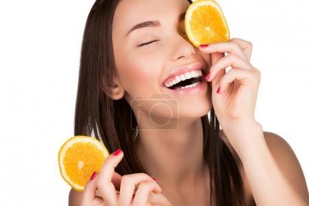 Photo pour Belle femme avec orange en tranches pour les soins de la peau Masque Masque isolé sur blanc - image libre de droit