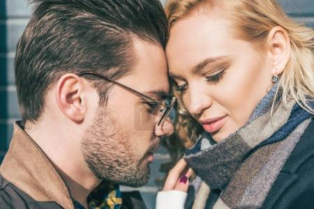 Photo pour Portrait en gros plan de beau jeune couple amoureux touchant les fronts - image libre de droit