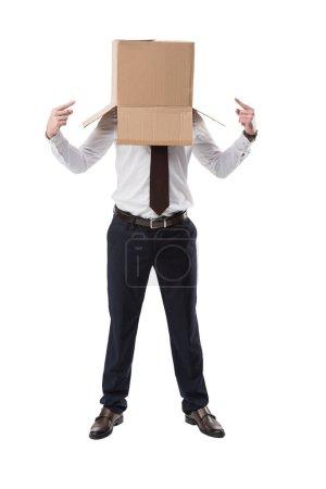Photo pour Homme d'affaires pointant dans une boîte en carton sur la tête, isolé sur blanc - image libre de droit