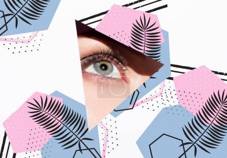 Photo pour Gros plan de la femme regardant hors du trou avec un oeil isolé sur blanc - image libre de droit