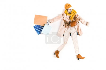 Photo pour Tenue d'automne élégante avec des sacs à provisions isolés sur blanc - image libre de droit