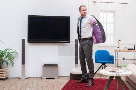 Photo pour Homme d'affaires gilet dans le salon - image libre de droit
