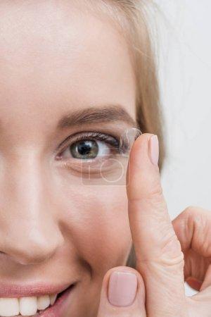 Foto de Primer plano de mujer sonriente joven con lentes de contacto - Imagen libre de derechos