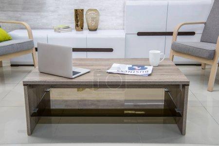 Photo pour Intérieur moderne salon avec ordinateur portable sur la table - image libre de droit