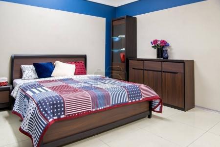 Photo pour Intérieur confortable moderne chambre à coucher avec lit - image libre de droit