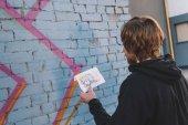 """Постер, картина, фотообои """"уличный художник, глядя на рисунок и живопись красочные граффити на стене"""""""