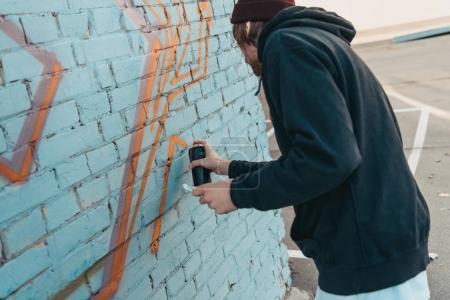 Photo pour Artiste de rue peinture colorés graffiti sur le mur du bâtiment - image libre de droit
