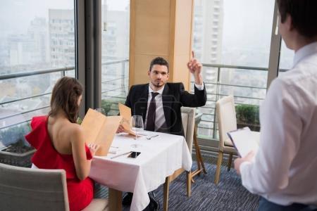 Photo pour Vue partielle du couple ayant rendez-vous romantique au restaurant st-valentin - image libre de droit