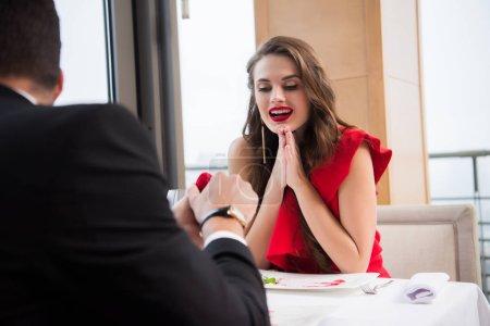 vue partielle de l'homme présentant des cadeau pour petite amie au restaurant st-valentin