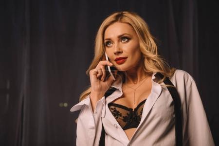 Photo pour Femme sexy dans la chemise déboutonnée et soutien-gorge noir parler de smartphone - image libre de droit