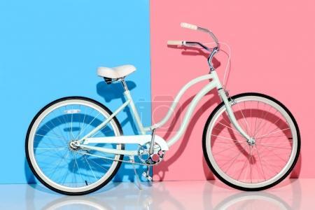 Photo pour Vue du vélo de ville sur fond rose et bleu - image libre de droit