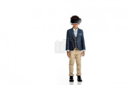 entzückendes afrikanisch-amerikanisches Kind mit Virtual-Reality-Headset auf weiß