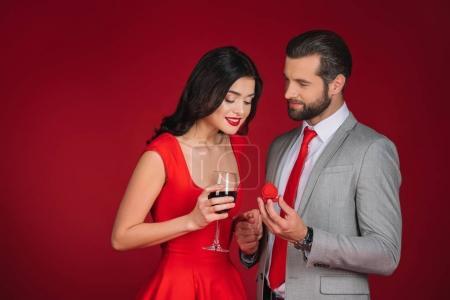 copain faire proposition à amie isolée sur rouge