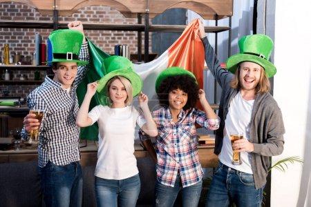 Photo pour Amis multiethniques célébrant saint Patrick jour à la maison - image libre de droit