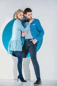 """Постер, картина, фотообои """"модным молодая пара, наступая из Голубая дыра на серый"""""""