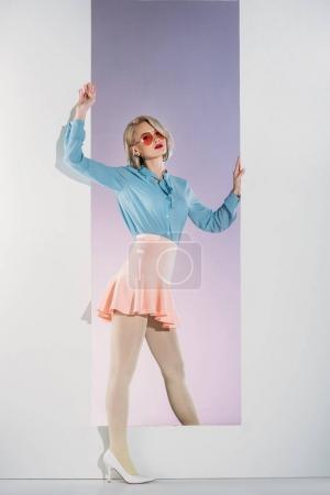 Photo pour Belle élégante jeune femme blonde qui pose en ouverture sur fond gris - image libre de droit
