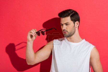 Photo pour Beau barbu jeune homme portant des lunettes de soleil rose - image libre de droit