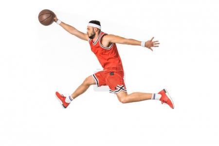 Photo pour Vue latérale du sportif jeune jouant au basketball isolé sur blanc - image libre de droit