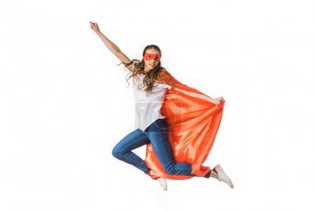 Photo pour Souriante jeune femme en manteau rouge et masque battant isolée sur blanc - image libre de droit