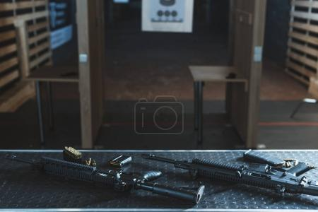 Photo pour Fusils à balles sur la table dans le champ de tir - image libre de droit
