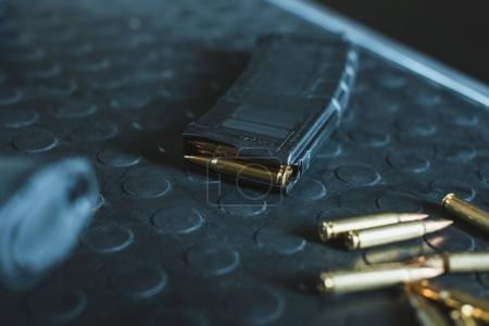 Photo pour Vue rapprochée des balles et du chargeur de fusils sur la table - image libre de droit