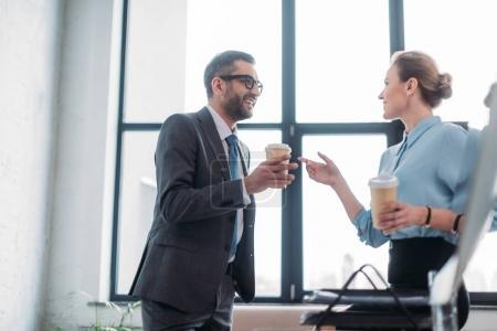 Photo pour Businesspeople, bavarder et de boire du café au bureau - image libre de droit
