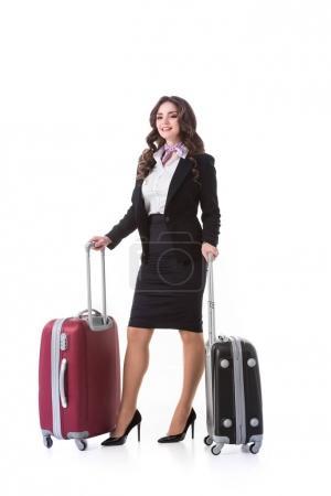 Photo pour Belle hôtesse de l'air avec des sacs à roulettes isolé sur blanc - image libre de droit
