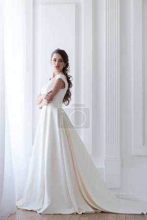 Photo pour Belle mariée élégante en robe de mariée blanche - image libre de droit