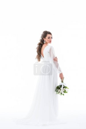 Photo pour Belle mariée posant en robe blanche avec bouquet de mariage, isolé sur blanc - image libre de droit