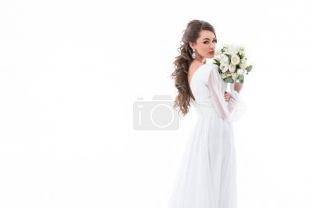 Photo pour Mariée en posant dans une robe blanche avec le bouquet de la mariée, isolé sur blanc - image libre de droit