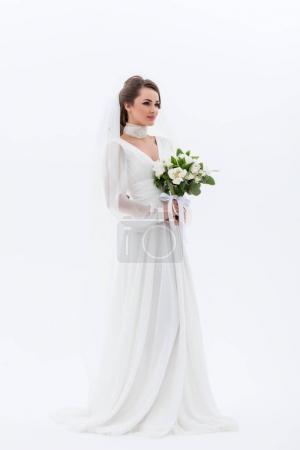 Photo pour Attrayant jeune mariée en robe traditionnelle tenant bouquet de mariage, isolé sur blanc - image libre de droit