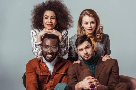 Photo pour Heureux multiethnique rétro amis de style regardant caméra isolé sur gris - image libre de droit
