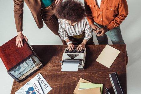 Photo pour Cropped image multiculturelle journalistes style rétro avec machine à écrire - image libre de droit