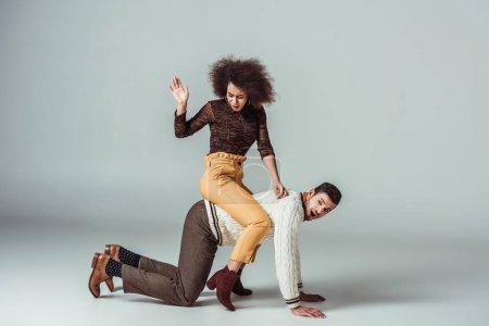 Photo pour African american retro style fille assise sur le dos des copains et s'amuser - image libre de droit