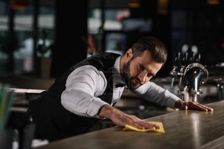Photo pour Beau comptoir de bar de nettoyage de barman dans pub - image libre de droit