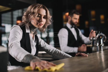 barman féminin nettoyage comptoir