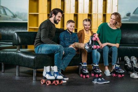 Photo pour Famille au repos sur le canapé avant de patiner en roller patins dans skate park - image libre de droit