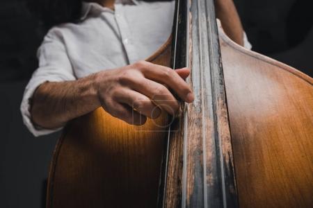 Photo pour Recadrée tir du musicien jouer de la basse standup - image libre de droit