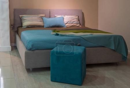 Photo pour Intérieur d'une chambre confortable avec oreillers sur le lit dans un design moderne - image libre de droit