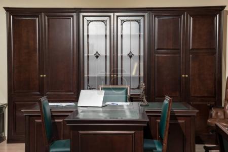 Photo pour Intérieur de la salle de bureau avec ordinateur portable à la table en bois et chaises - image libre de droit