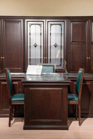 Photo pour Intérieur de la salle de bureau avec chaises et une table dans un design classique - image libre de droit